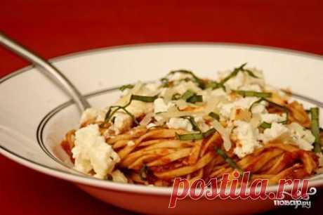 """Паста с томатным соусом и запеченной рикоттой. Паста, увенчанная томатным соусом, запеченной рикоттой, сыром Пармезан и базиликом – это отличная идея для сытного обеда.  Буду рада Вашим """"Спасибо"""", если рецепт понравился)"""