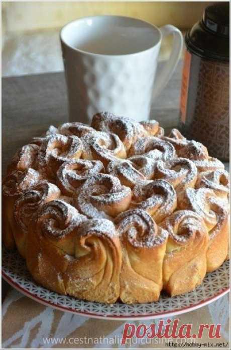 Пирог- букет роз   Невероятно красивый пирог в форме букета роз — очень оригинально, но просто в приготовлении!   Ингредиенты:  - 350г муки - дрожжи - 80 г мягкого сливочного масла - 2 яичных желтка - 15 с л теплого молока - 3 столовые ложки сахарной пудры - 1 пакетик ванильного сахара - 1/2 чайной ложки соли  Приготовление:  В миске смешать теплое молоко, 1 чл сахара и дрожжи, накрыть крышкой и дать постоять 10 минут . В чашу миксера, всыпать муку, сахар, ванильный сахар ...