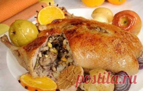 Фаршированная утка с грибами и черносливом Красиво подаем, спокойно нарезая на порции! Культурно поедаем))