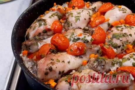 """Курица с рисом в духовке: быстрое блюдо для ужина ЛУЧШЕЕ ЗА НЕДЕЛЮ Когда вы приходите домой с работы, готовить чаще всего уже нет сил. Но поесть вкусно еще как хочется. На помощь приходят """"ленивые рецепты"""", когда мы готовим блюдо с минимально затрачиваемыми силами..."""