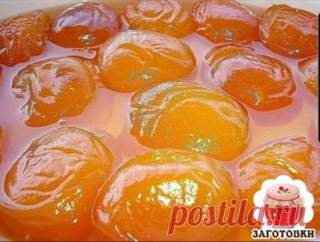 Прозрачное варенье из абрикосов - нежное, ароматное и вкусное  🥞🥞🥞 Сахарный песок 500 гр. на 1 кг. абрикосов. Абрикосы моем и поделив на половинки выкладываем на дно кастрюли, в которой и будет оно вариться. Засыпаем ровным слоем сахара. И так слой за слоем. Раскалываем косточки и достаем орехи. Бросаем их туда же в кастрюлю. Засыпав все абрикосы сахаром убираем кастрюлю в холодильник на 1 сутки. за это время сахар тает, получается сироп и абрикосы становятся прозрачными. Достаем, ст