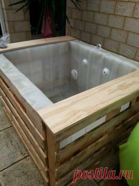 Узнайте, как построить небольшой бассейн с поддонами и IBC!