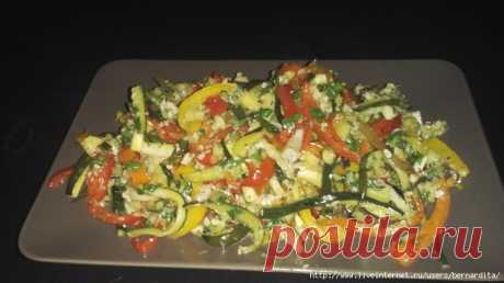 La ensalada marroquí con los calabacines y el pimiento.