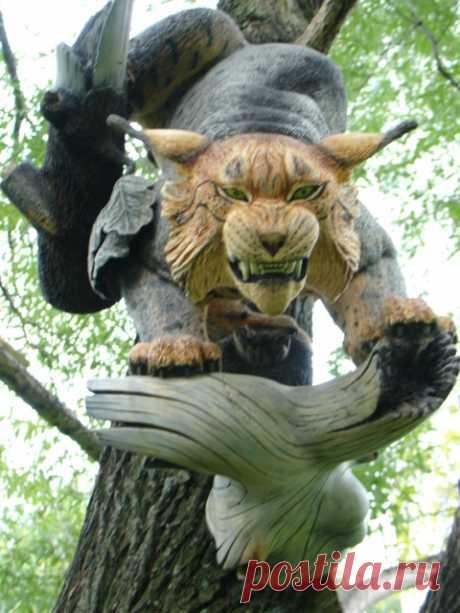 Чтобы разместить скульптуру на стене помещения, автор выбрал сюжет, при котором рысь нападает на свою жертву с дерева.