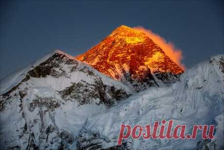В Международный день гор наше «Фото дня» посвящено главной вершине планеты Земля – Эвересту.