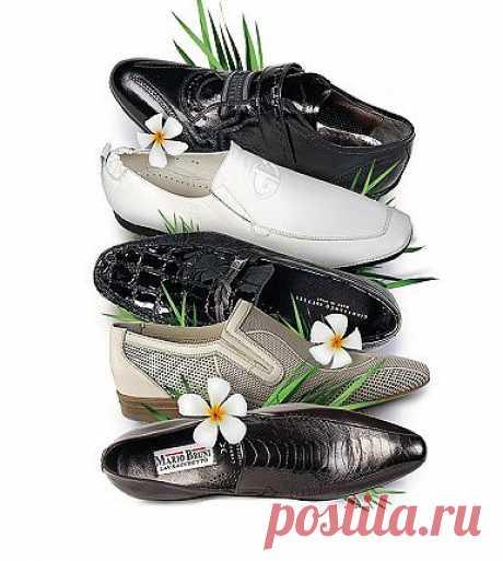 Освежитель обуви. Смешайте несколько капель бактерицидного эфирного масла (например, лаванды, чайного дерева, розмаринового или мятного) и немного пищевой соды. Насыпьте смесь в носок или чулок и засуньте в кроссовки. Оставьте на ночь, чтобы исчез неприятный запах. При повторном использовании добавьте еще немного масла.
