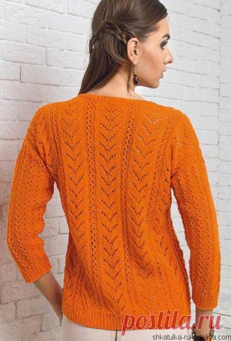 Оранжевый пуловер спицами узором из ажурных дорожек