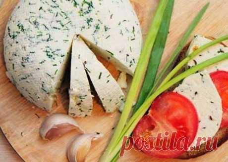 Домашний сыр с тмином и зеленым луком  Ингредиенты:  ●Сметана 20% 200 мл ●Яйцо куриное 3 шт. ●Соль 2 ч. л. ●Молоко 1000 мл ●Лук зеленый 30 г ●Тмин ½ ч. л  Приготовление: 1) Поставьте на плиту молоко кипятиться, а тем временем в отдельной …