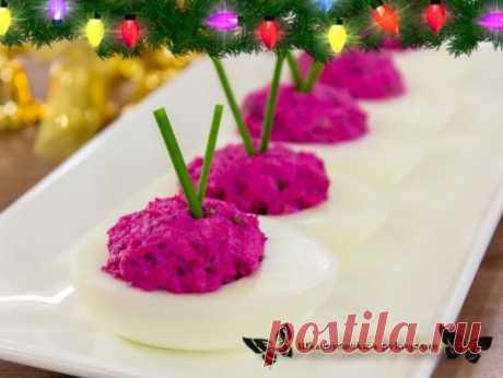 Яйца, фаршированные сельдью и свеклой Яркая, праздничная закуска, по вкусу напоминающая салат «Селедка под шубой». Готовится быстро и просто. Из указанного количества ингредиентов получается 14 порций.