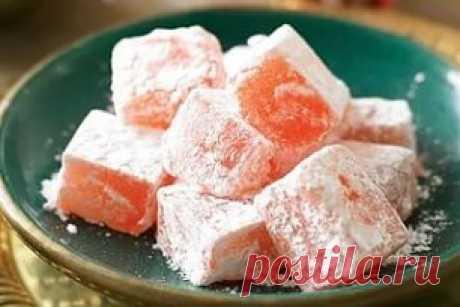 Рахат-лукум — вкуснейшая традиционная турецкая сладость, которая на самом деле была изобретена на Кипре. Это сладкие конфеты в форме кубиков, похожие на мармелад. Их обожают и взрослые, и дети. Если ты тоже любишь это лакомство, попробуй приготовить клубничный рахат-лукум сам по рецепту, который «Так Просто!» подготовил для тебя сегодня. Эта сладость готовится очень просто и достаточно быстро, причем никаких мудреных ингредиентов тебе не понадобится. Десерт получается очень нежный и ароматный. И