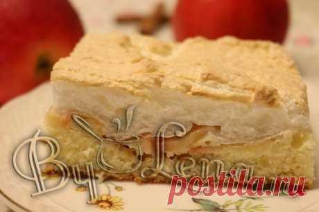 Простой яблочный пирог с безе.