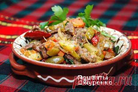 Вкусное азу по рецепту кулинарного эксперта Сергея Джуренко Азу — сбалансированное, яркое и очень вкусное блюдо татарской кухни. Это тушеная говядина с овощами и квашеными огурцами. Самое вкусное азу получается в