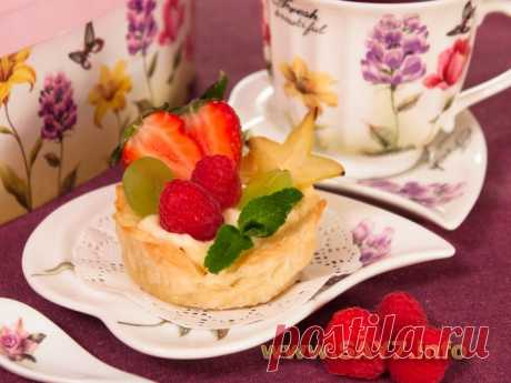 Слоеные корзинки с кремом из маскарпоне, манго и фруктами