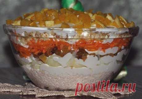 """Салат """"Французская любовница""""  Ингредиенты: - отварное куриное филе (грамм 300) - 2 луковицы - 1 стакан светлого изюма - 1-2 моркови - сыр (грамм 50) - 1 стакан грецких орехов - 1-2 апельсина - сахар - соль - майонез  Приготовление: Все ингредиенты выкладываем слоями 1 слой: мелко порезанная отварная грудка 2 слой: маринованный лук (полукольца, чуть сахара и соли, капля уксуса, обдать кипятком) 3 слой: запаренный изюм 4 слой: морковь на терку 5 слой: сыр на терку 6 слой: п..."""