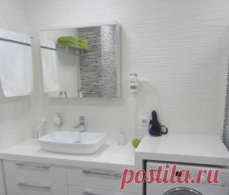 Light bathroom in white-gray tones