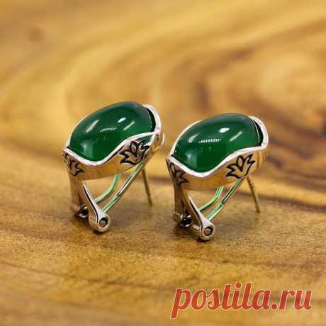 Exquisite inlaid earrings / green chalcedony earrings / 925 silver earrings / holiday gifts / Christmas gifts / for mom Product Details:  Material: 925 silver, chalcedony  Color: red, green  Shape: ellipse  Size: green chalcedony length: 1.3cm width: 0.85cm.  Weight: 7.4 grams  Translucent: translucent  Symbol: Good luck to you