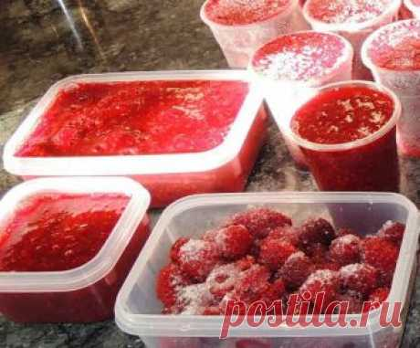 Как заморозить свежую клубнику на зиму целиком, перетертую, с сахаром