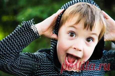 «El niño, desconocido a mí, con el estremecimiento y la fe en los milagros, ha recibido una pequeña felicidad infantil …» | Mí Amable es en absoluto difícil hacer los pequeños buenos asuntos, sólo tiene que querer. De esto convence la historia contado por el actor Alejandro Belovym. iStock\/ParkerDeen Anoche ha pasado a la gasolinera. Por el borde del ojo ha notado que en la zona de la cafetería cuesta babulya, come muy despacito el pastelillo, pero todo el tiempo mira la vitrina con los pasteles con requesón. Se le acerco, pregunto: - Que a usted del postre es más grande vs...
