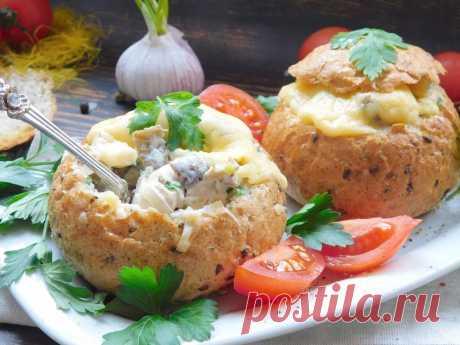 Жульен в булочке. Такая съедобная посуда обязательно понравится, здесь и хлеб, и начинка из курицы и грибов в соусе, и расплавленный тягучий сыр. Очень вкусный вариант известного блюда.