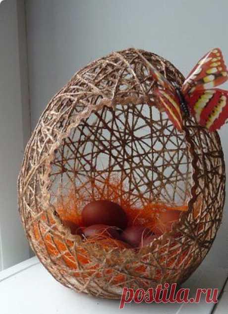 За день до Пасхи возьмите ПВА и нитки, чтобы превратить их в красивую пасхальную композицию