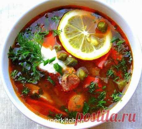 ВКУСНЕЙШАЯ СОЛЯНКА. Готовьтесь раздавать рецепт всем, кто его пробовал! Варим бульон из мяса на кости, я беру лопатку. Бульон варю с половинкой луковицы и половинкой моркови. В это время , когда бульон варится я делаю зажарку из морковь+лук+кубиком солёные огурцы. Жарим мин 7 и добавляем томатную пасту, ещё мин 7 и выключаем. Сосиски нарезать кружочком, сервелат порезат