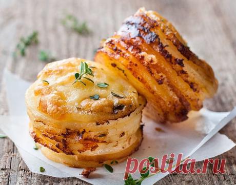 Ломтики картофеля под соусом в формах для кексов.