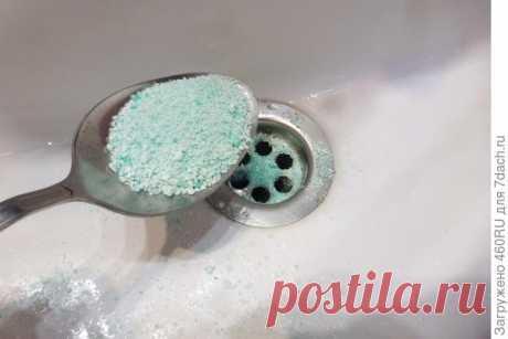 Прочистить в ванной сток поможет стиральный порошок. Лайфхак с фото