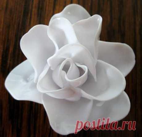 Роза из одноразовых ложек в стиле шеби-шик
