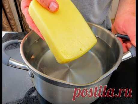 Отправляем сыр в кипяток и взбиваем масло для начинки / Готовим сырный рулет на закуску