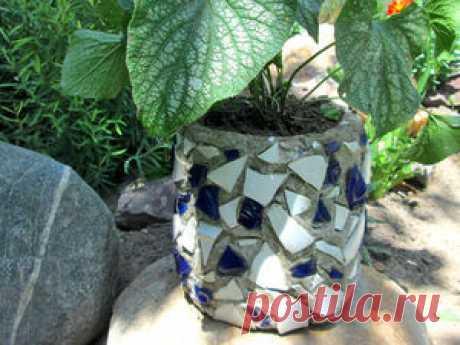 Делаем вазон из цемента с мозаикой Сегодня сделаем вазон для дачи с мозаикой своими руками. Вазон для цветов уличный, и не боится дождя и солнца. Сделать вазон своими руками довольно просто и не затратно. Он украсит уголок в вашем саду. Для изготовления вазона вам понадобится:• Пластиковая бутылка на 5 литров.• Песок и цемент.• Серпянка.• Термоклей.• Кусочки битой плитки или посуды. Вазон для цветов, как видите, получается совсем дешевый и практически из бросового материала.