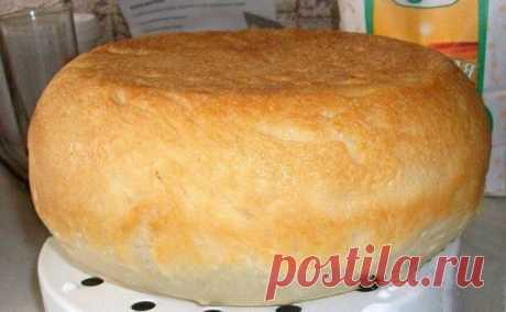 """Белый хлеб в мультиварке.  Ингредиенты к рецепту """"Белый хлеб в мультиварке"""": 1 пакетик сухих дрожжей; 900 грамм муки; 500 миллилитров теплого молока или воды; 1неполная столовая ложка манной крупы; Подсолнечное масло; 1 столовая ложка сахара;  Испеките в мультиварке вкусный домашний белый хлеб, ведь это так просто сделать. Вы замешиваете тесто по рецепту, кладете его в чашу, мультиварка испечет хлеб без вашего присмотра.  Растворяем в теплой воде дрожжи, добавляем соль и с..."""