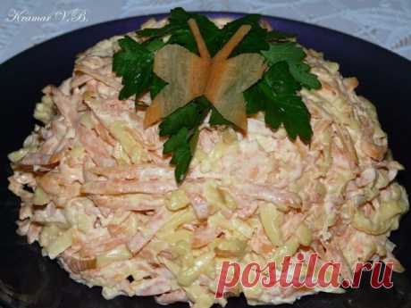 МОРКОВНЫЙ САЛАТ с сыром и чесноком Ингредиенты: 1 крупная морковка (или 2 средних); 100 гр. сыра; 1-2 зубчика чеснока; майонез; соль Приготовление: Морковку чистим и трем на крупной терке. Сыр тоже трем на крупной терке, а чеснок пропускаем через пресс. Солим, добавляем майонез и хорошенько перемешиваем. Приятного аппетита!!!!!