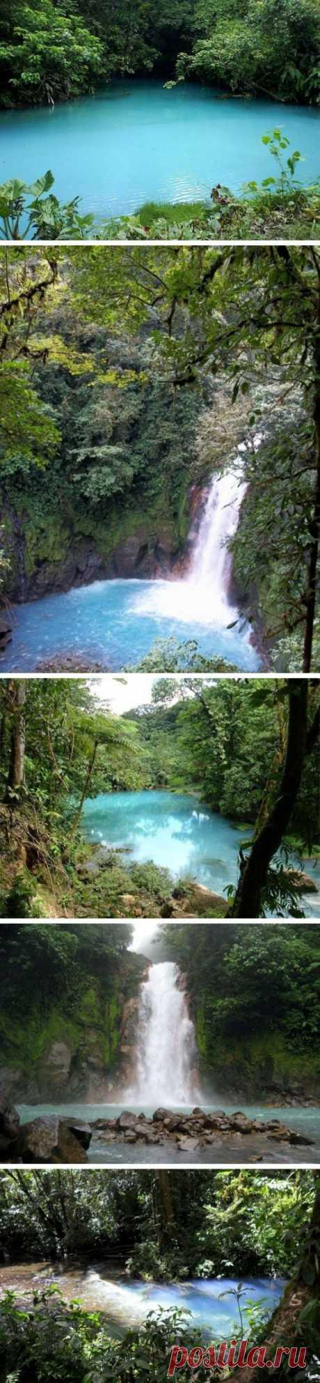 El río con el agua de azul turquí De Ril-Selesta. Costa Rica