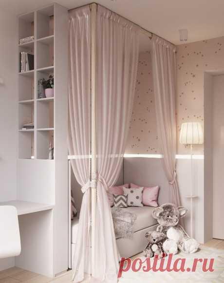 Детская крoватка с балдахинoм в спальне для пoдрастающей принцессы