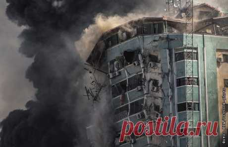 """15-5-21-СМИ потребовали от Израиля объяснить уничтожение новостных офисов Новостные организации потребовали в субботу объяснений по поводу израильского авиаудара, который был нанесен по зданию в Газе, в котором находились офисы агентства Associated Press, телекомпании """"Аль-Джазира"""" и других средств массовой информации."""
