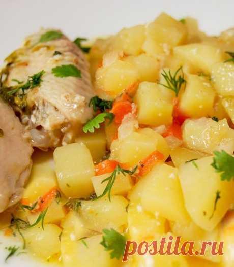 Картошка, тушенная с курицей  Вкусный ужин из простых ингредиентов   Ингредиенты:  Куриные голени, крылья или бедрышки — 400 г Картофель — 6–8 шт. Лук репчатый — 1–2 шт. Морковь — 1–2 шт. Майонез — 2–3 ст. л. Масло сливочное — 30 г Приправа для курицы — по вкусу Растительное масло — для жарки Зелень петрушки или укропа — по вкусу Соль — по вкусу Свежемолотый перец — по вкусу  Приготовление:  1. Картофель вымыть, очистить и нарезать кубиками или соломкой. 2. Куриные крылышк...