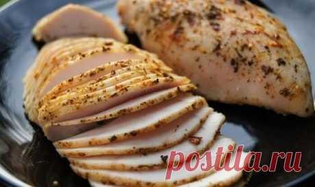 Пастрома из куриной грудки Ингредиенты:  - грудка индейки или 2 куриные грудки  - 1 стакан воды + 1 ст. ложка соли.  - 5-6 долек чеснока  - смесь перцев  - Оливковое масло  Приготовление:  В глубокую чашку насыпать соль и залить водой, размешать. Погрузить грудку индейки весом примерно 1 кг /или 2 куриные грудки/ на 2 часа. Затем вынуть из рассола и немного обсушить на бумажной салфетке. Противень застелить фольгой , выложить на него грудки, нашпиговать дольками чеснока, о...