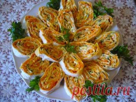 Лаваш с адыгейским сыром и корейской морковью Закусочные рулетики из лаваша с начинкой из адыгейского сыра и морковки по-корейски - это пикантный вкус и идеальное сочетание ингредиентов.
