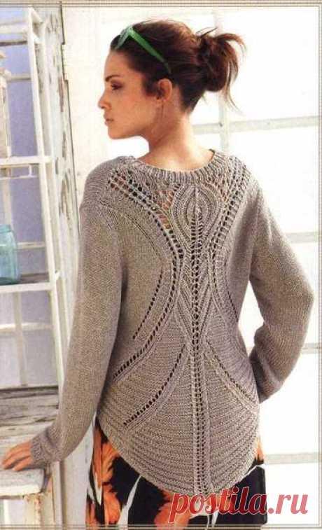 Пуловер спицами с необычным узором на спинке