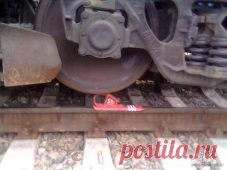 Можно ли тормозными башмаками остановить поезд? Давайте сегодня обсудим вопрос из области железнодорожной фантастики — как остановить сбежавший поезд с помощью тормозного башмака. Для ответа на этот вопрос придется затронуть немного теории…