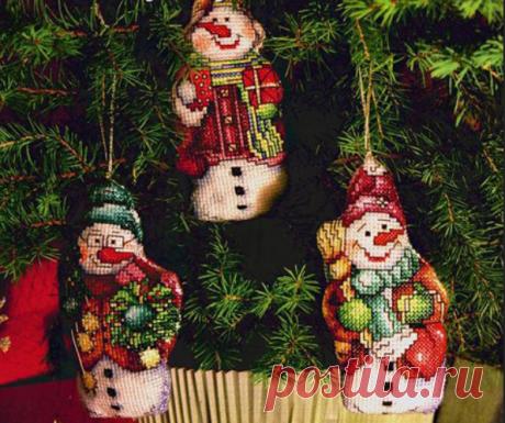 Вышитые рождественские украшения.