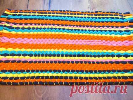 Плетем яркий коврик из трикотажных футболок с помощью обычного листа картона