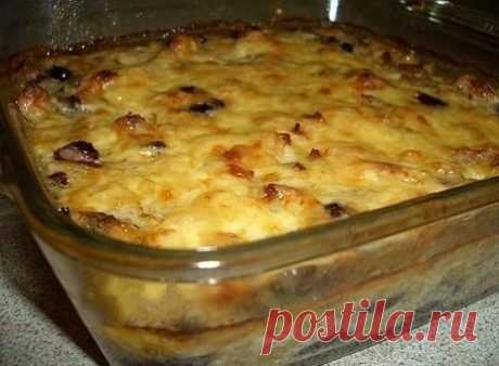 Julienne with chicken and mushrooms\u000d\u000aIt will be required to you:\u000d\u000a●1 bulb of the average size\u000d\u000a●100-150 g of chicken fillet (breast)\u000d\u000a●3-4 champignons (about 50 g)\u000d\u000a●50 g of butter\u000d\u000a●1 tablespoons of vegetable oil\u000d\u000a●1 tablespoons (with a hill) torments\u000d\u000a●200 ml of cream of 10%\u000d\u000a●50 g of firm cheese\u000d\u000aHow to prepare:\u000d\u000a1. Small we cut a bulb, we fry to transparency on vegetable oil, we spread on a form bottom.\u000d\u000a2. On the same frying pan we fry the chicken (is possible to take a turkey) who too is small cut too spreading...