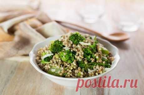 Гречка с брокколи и сыром. Здоровый вкусный гарнир или основное блюдо из гречки, брокколи и небольшого количества сыра.