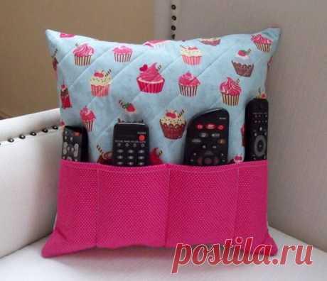 Las almohadas decorativas por las manos