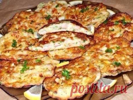 Куриные котлеты по-французски · Из чего готовить:  - Куриное филе (куриные грудки) — 1 кг. (4 шт.);  - Яйцо куриное — 3-4 шт.;  - Сметана — 3-4 ст. ложки;  - Мука —3-4 ст.ложки;  - Чеснок — 3 зубчика;  - Зелёный лук по вкусу;  - Соль, перец, подсолнечное масло.  · Как готовить:  Моем и сушим бумажными полотенцами куриное филе. Режем его маленькими кубиками. Добавляем немного соли и перца. Вбиваем в мясо яйца и выдавливаем чеснок. Сюда же добавляем зелень, сметану и муку. В...