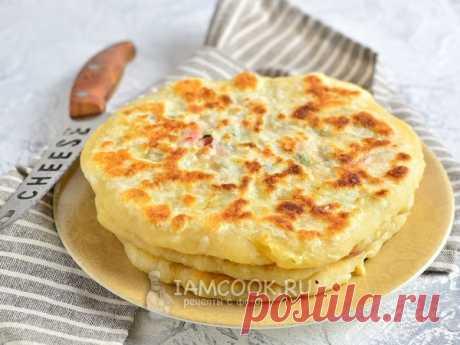 Лепёшки с сыром и колбасой на сковороде — рецепт с фото Быстрые сырные лепешки с колбасой и луком, жаренные на сковороде.