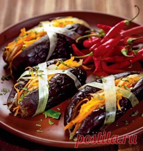 Фаршированные баклажаны Ингредиенты: Черешковый сельдерей — 7 черешков Корень петрушки сушеный — 5 шт. Баклажаны — 5 кг Капуста – 1 кочан Морковь — 3 шт. Зеленый болгарский перец — 4 шт. Чеснок — 2 головки Соль — 1/2 стак. Соль для рассола — 1 ½ стак. Приготовление: Промываем все овощи под проточной водой. Очищаем корни петрушки. Снимаем 10 верхних листьев с кочана капусты и откладываем в сторону. Разрезаем кочан капусты на 4 части.  Вливаем в кастрюлю воду, доводим ее до ...
