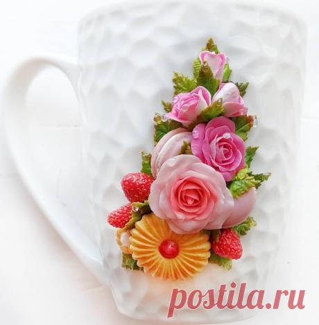 Кружка с букетом, прекрасно сочетающим в себе нежные розы с капельками росы, песочное печенье Курабье, макаруны и ягоды спелой земляники.