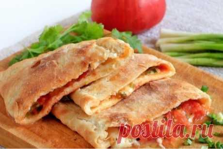 Очень аппетитная «Кальцоне» с помидором, сыром и зеленым луком Представляем вашему вниманию рецепт мега вкусной закрытой пиццы, которая придется по душе каждому. Мягкое тонкое тесто и сочная начинка — покорят всех. Готовить такую пиццу совсем не сложно, поэтому …